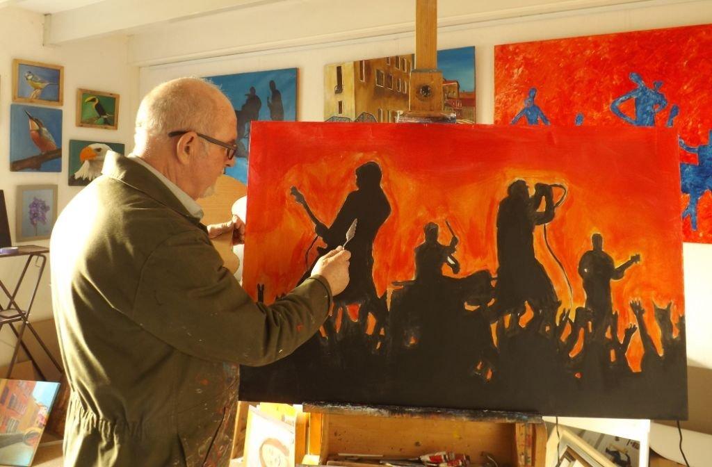 Kunstenaar James in zijn atelier